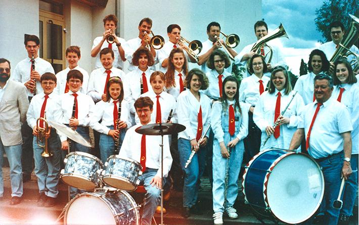 Fesch, fescher, das Jugendorchester in roten Krawatten und stylischen Frisuren - eben am Puls der Zeit
