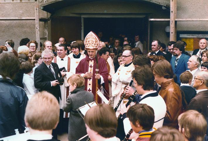 Ein Ständchen für den Weihbischof – nach der Firmung im Jahre 1979