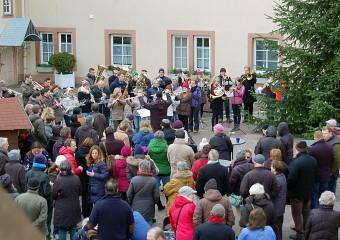 Weihnachtliche Stimmung im Schlosshof Meerholz